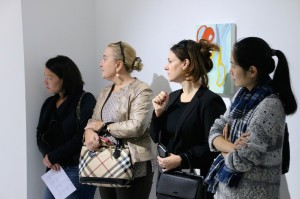 CSS members listen carefully as Sarah Faux explains her art workCopyrights: Christophe Catala